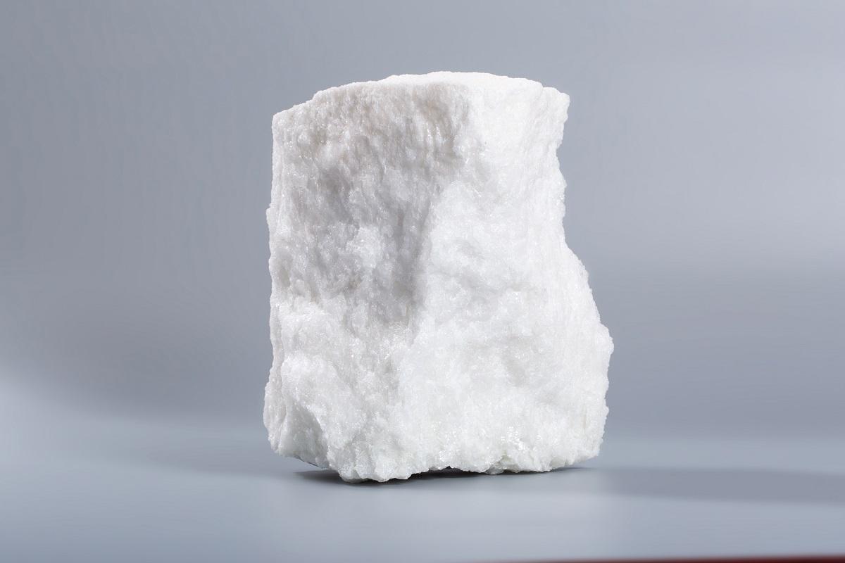 微钠白刚玉